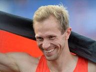 Der deutsche Hochspringer Eike Onnen nach seinem Sieg bei den Europameisterschaften in Amsterdam. © imago/Jan Huebner