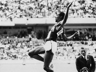 Der US-Amerikaner Bob Beamon beim Weitsprung während der Olympischen Spielen in Mexiko 1968 © picture-alliance / dpa