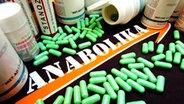 Pillen und Verpackungen mit verschiedenen Anabolika-Präparaten. © picture-alliance / dpa/dpaweb